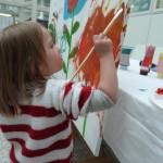 er wordt druk geschilderd aan het aan te bieden kunstwerk.